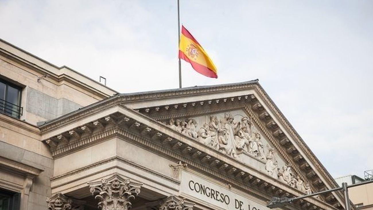 Bandera a media asta en el edificio del Congreso de los Diputados