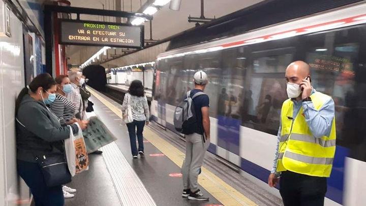 Personal de Metro salva la vida con un desfibrilador a un pasajero que entró en parada cardiaca