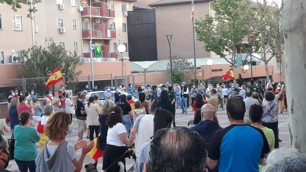 Decenas de personas protestan contra el Gobierno  y apoyan a la  Guardia Civil en su sede de Tres Cantos