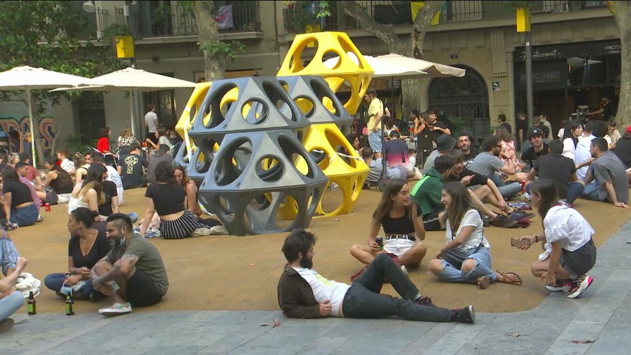 Desalojan una plaza en Barcelona por no respetar la distancia de seguridad