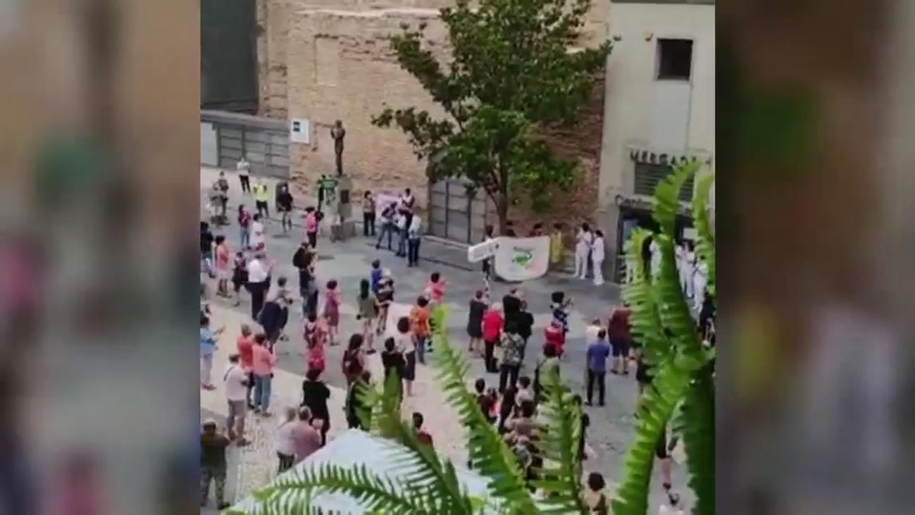 Sanitarios defienden la sanidad pública ante hospitales mientras los aplausos ciudadanos cumplen 80 días