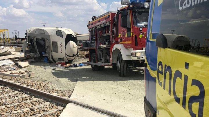 Un tren Alvia descarrilla al arrollar a un vehículo con dos muertos y sin heridos entre los pasajeros