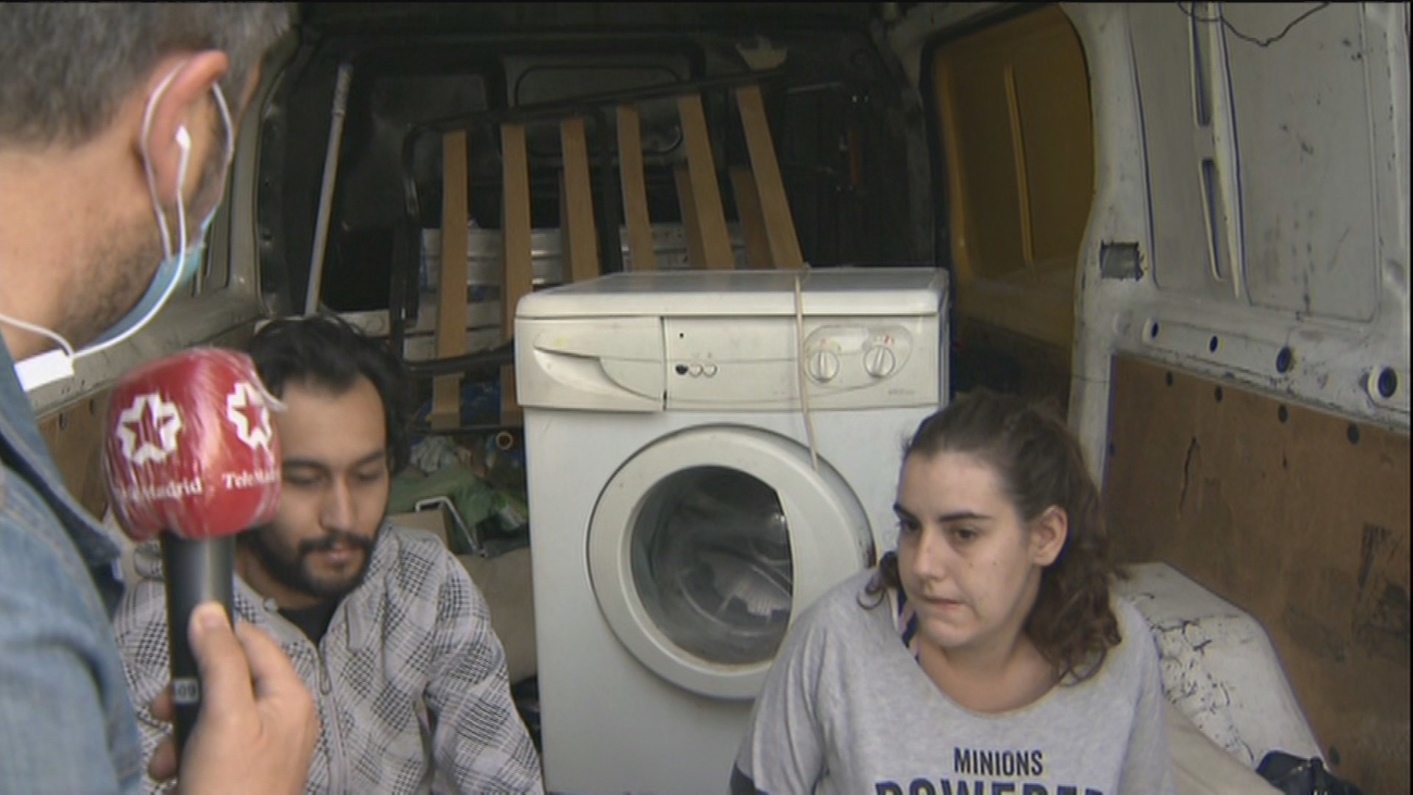 Una joven pareja de Alcorcón, ella embarazada, vive en un furgoneta prestada