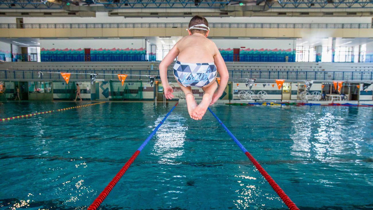Un niño en una piscina
