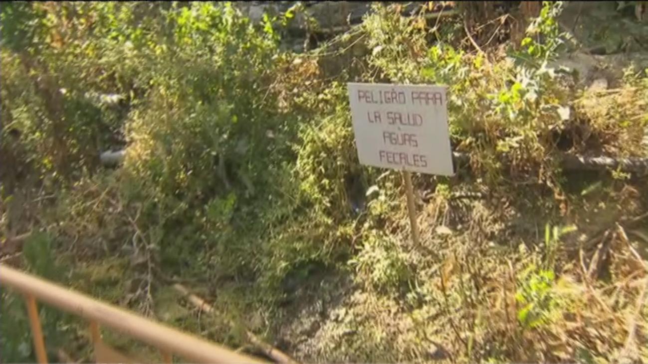 Denuncian un vertido de aguas fecales en Orcasitas en un paso obligado para coger el autobús