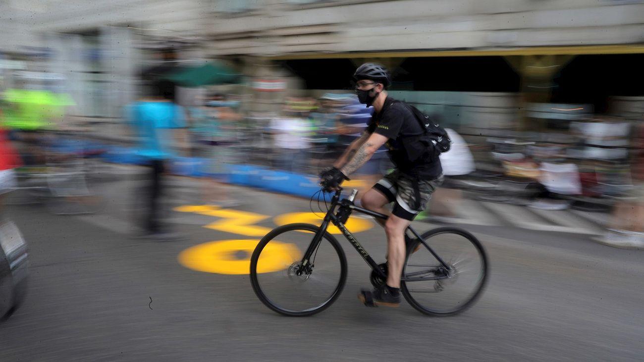 Ciclista en Paseo de Recoletos