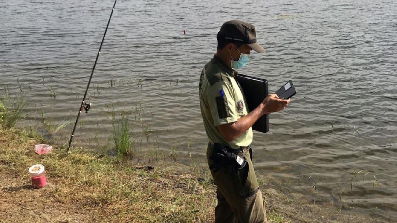 Denunciadas varias personas por pescar en el embalse de Pedrezuela en día inhábil