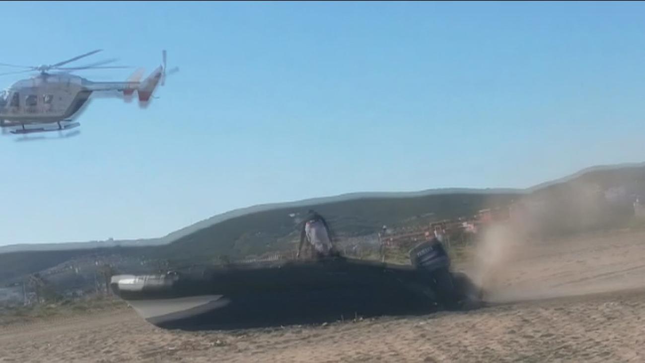 Una narcolancha se empotra en la playa tras una espectacular persecución en La Línea