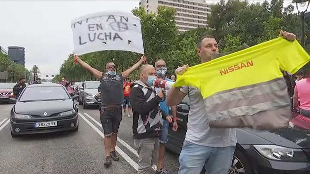 Los trabajadores de Nissan colapsan el centro de Barcelona con sus coches en protesta por el cierre