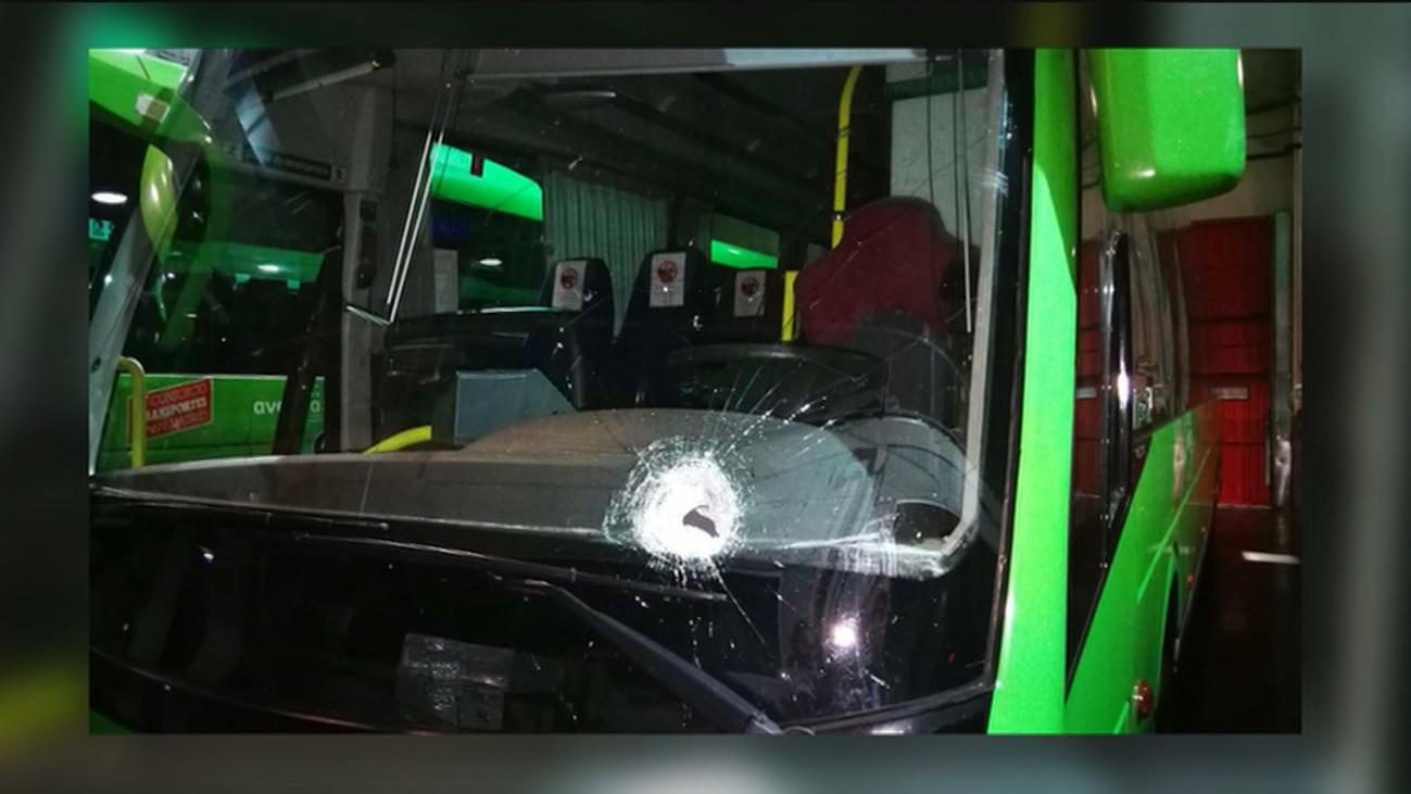 Atacan a pedradas a autobuses interurbanos de Madrid en la A-6 y hieren a un conductor