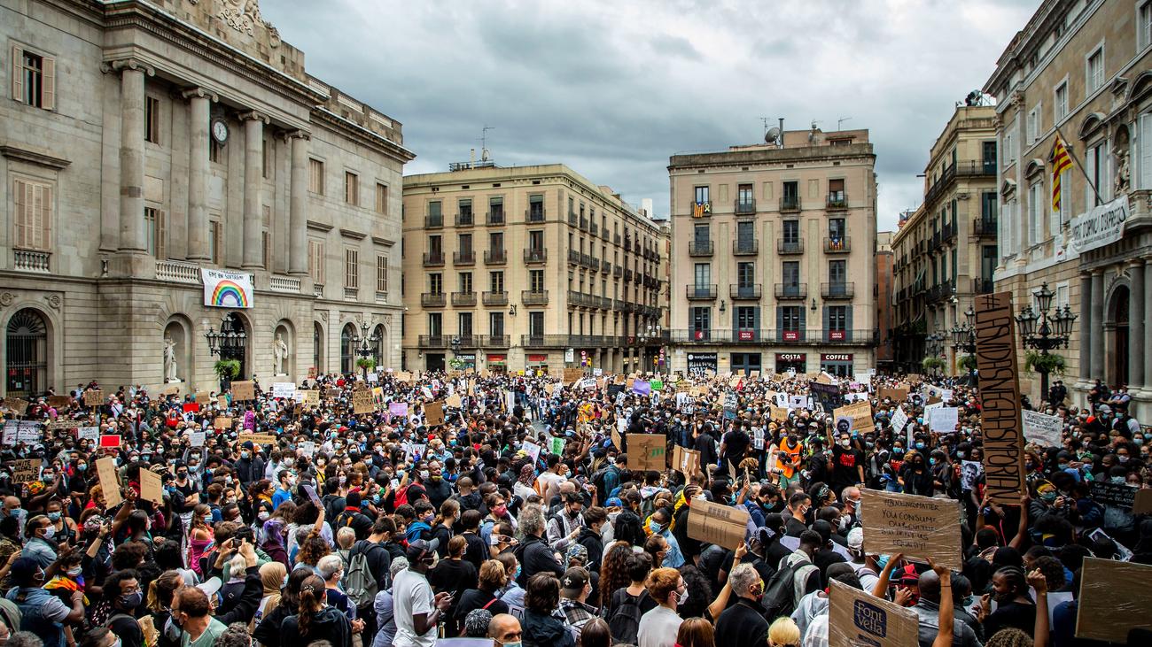 Miles de personas protestan contra el racismo en varias capitales españolas