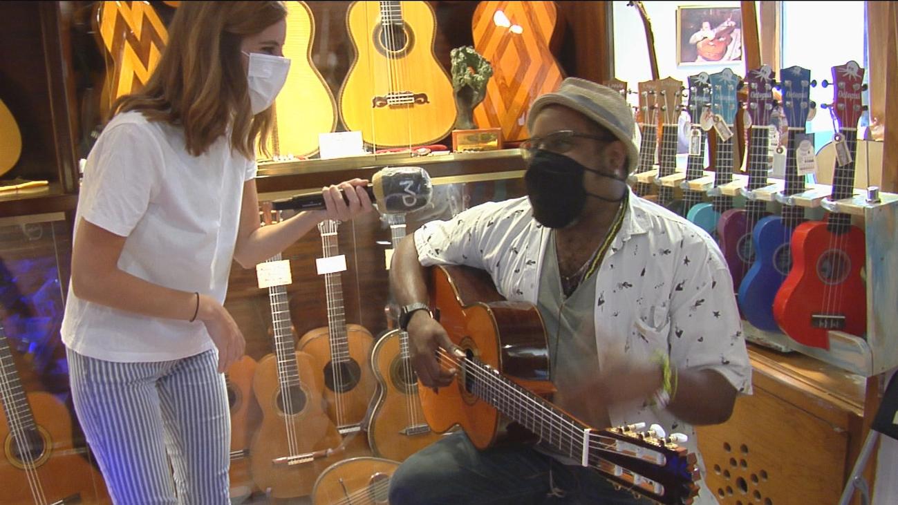 El edén de los amantes de la guitarra, en El Rastro de Madrid