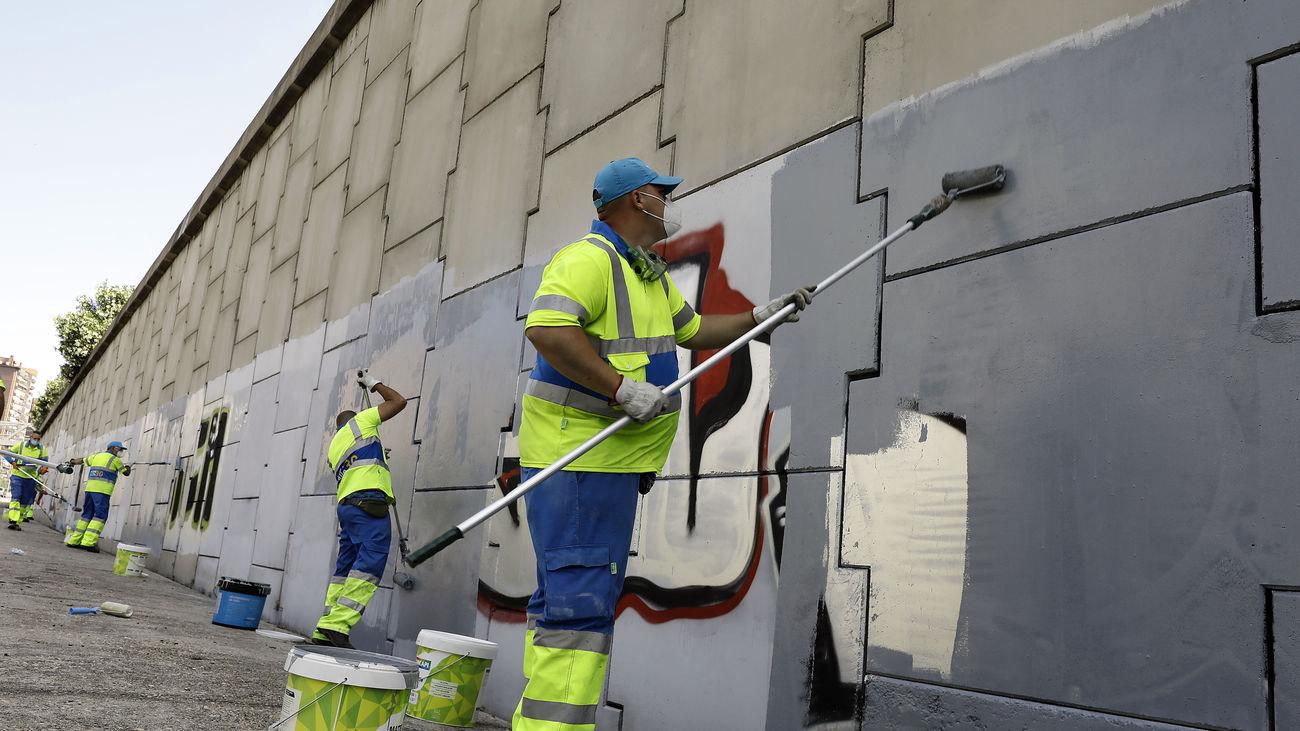 Operarios de limpieza eliminan grafitis en Madrid