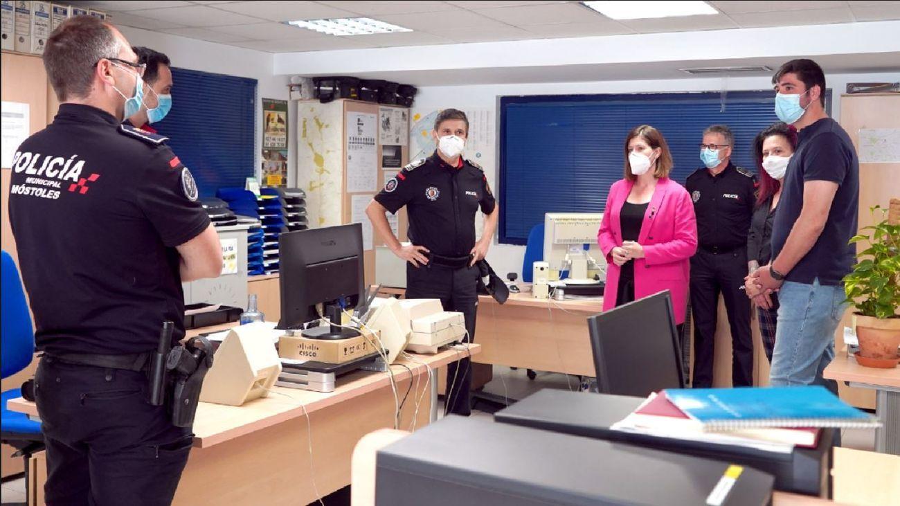 La alcaldesa de Móstoles visita las dependencias de la Policía Local