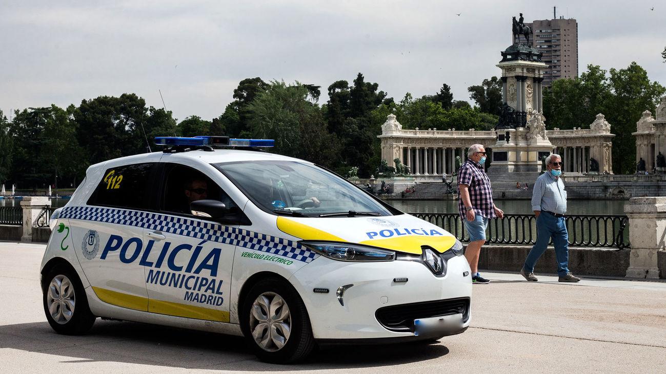 Una patrulla de la Policía Municipal de Madrid en El Retiro