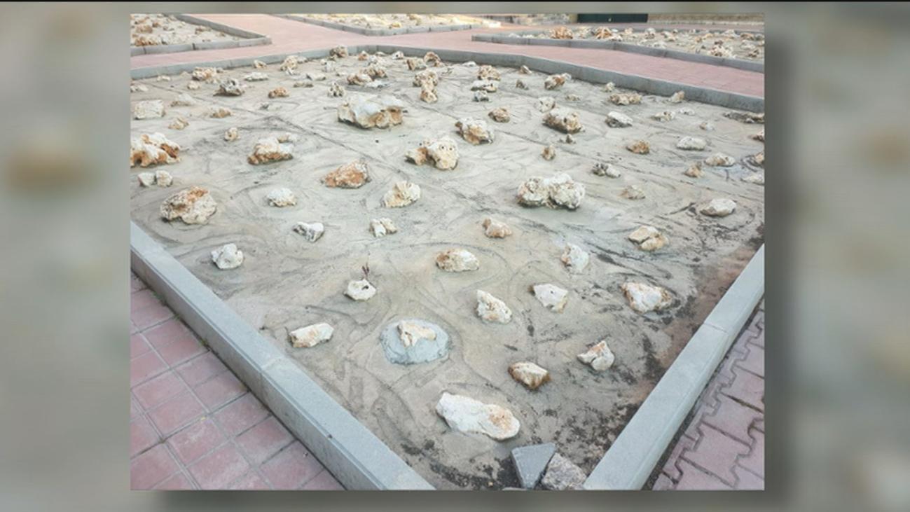 Un jardín con pedruscos en una plaza de Orcasur desata las críticas de los vecinos