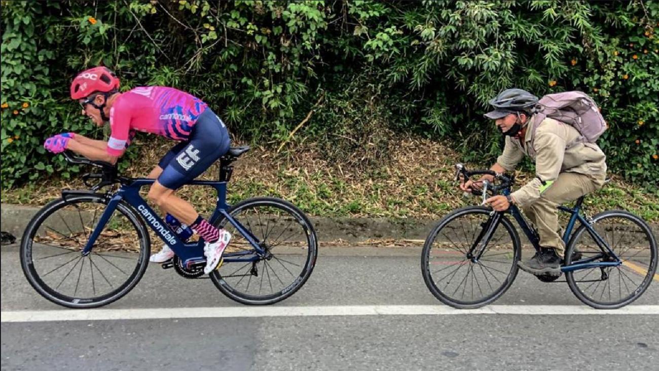 Un campesino, a rueda de Rigoberto Urán a 45 km/h mientras entrena para el Tour