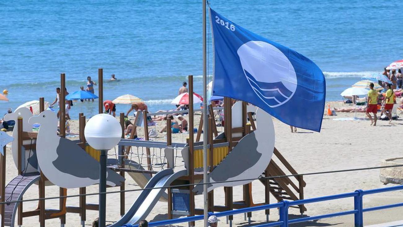 España lucirá 589 banderas azules este verano, 23 más que el año pasado