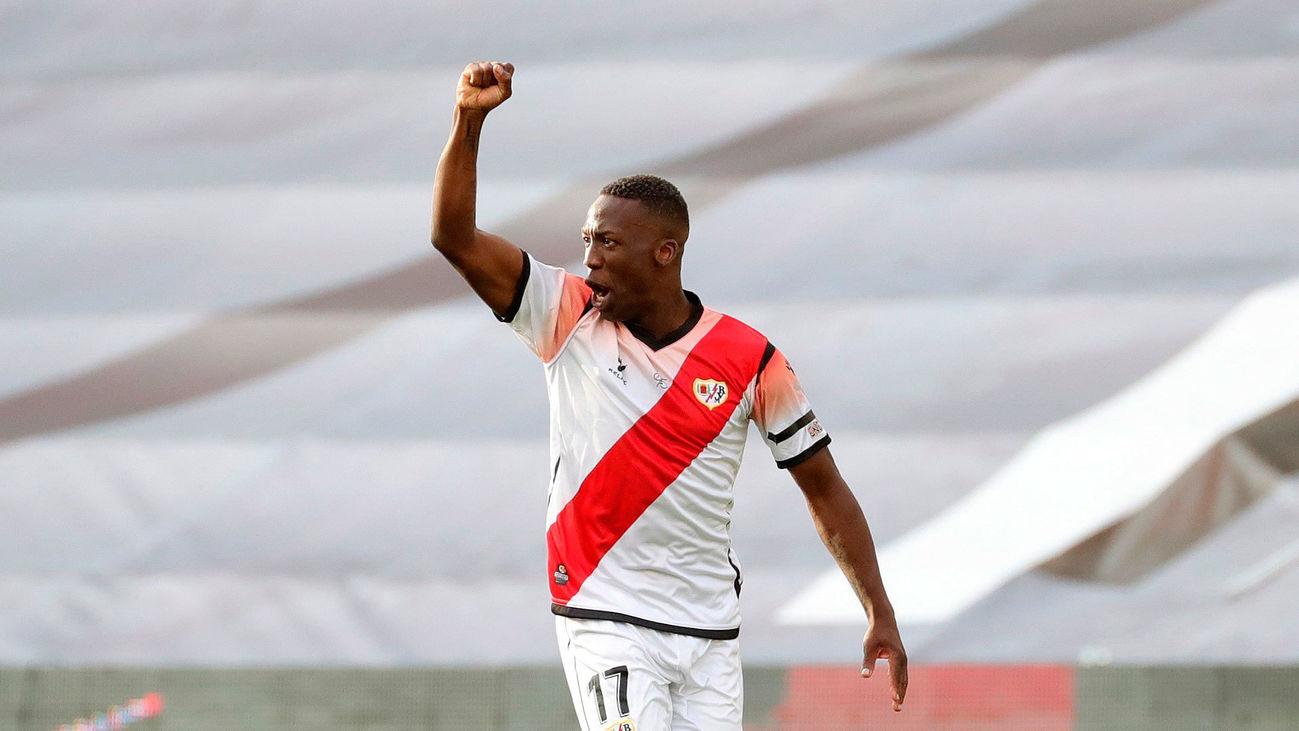 El defensa peruano del Rayo, Luis Advíncula, celebra tras marcar el 1-0 durante el encuentro entre el Rayo Vallecano y el Albacete