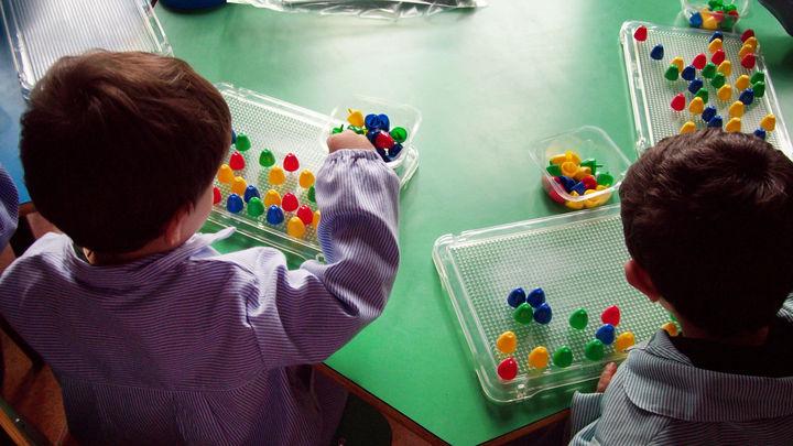 Familias afectadas por la elección de escuelas infantiles recogen firmas en Getafe