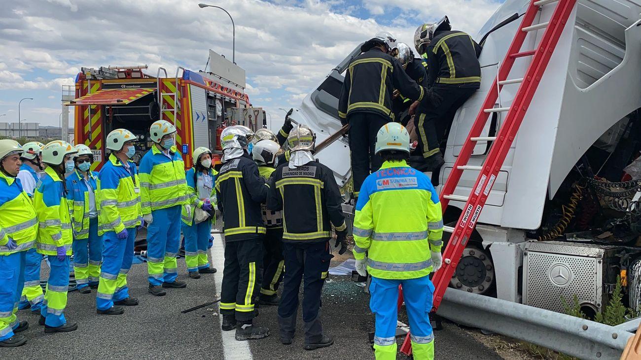 Bomberos rescatan a un camionero atrapado en un accidente