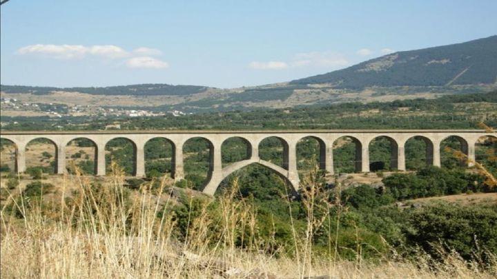 Recogen firmas para que las viejas vías del tren del Valle del Lozoya se conviertan en una vía verde