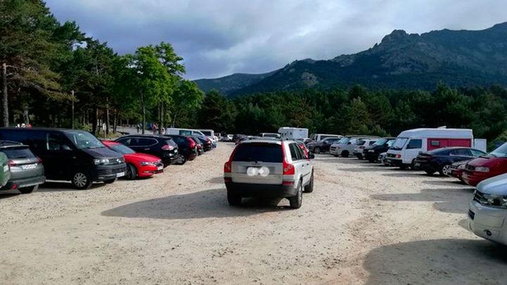 Parkings al completo en la sierra tras la escapada de cientos de madrileños a Guadarrama