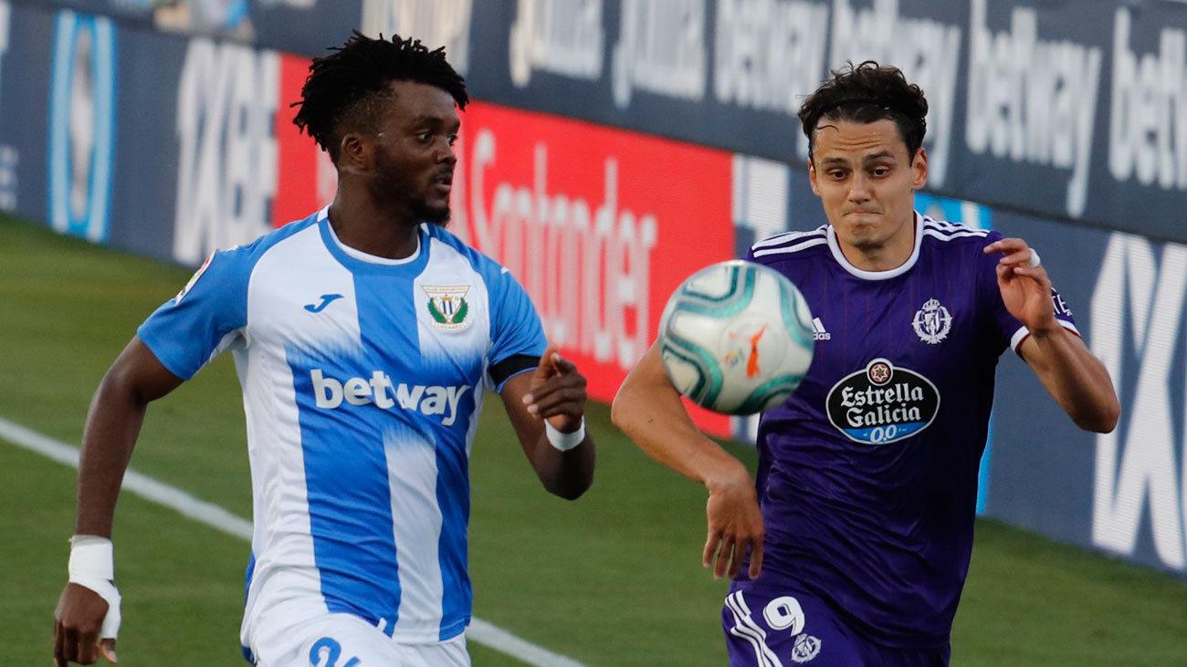 El delantero turco del Valladolid Enes Ünal (d) pelea un balón con el defensa nigeriano del Leganés Chidozie Awaziem