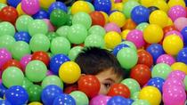 Las medidas de higiene llegan a las piscinas de bolas y parques infantiles