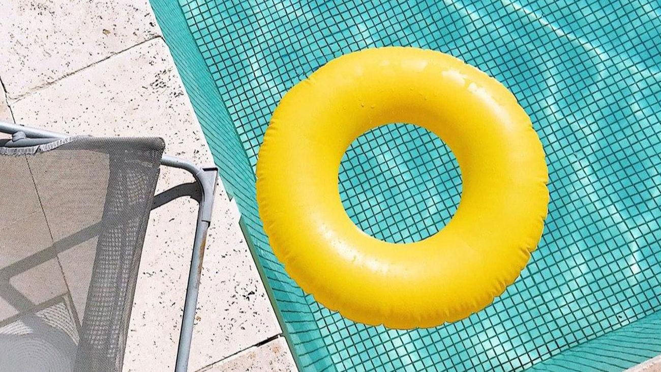 Un flotador en una piscina