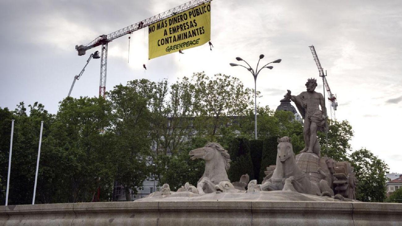 Greenpeace despliega junto al Congreso una pancarta contra las ayudas a vehículos contaminantes