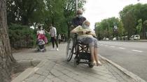 Denuncian aceras intransitables en una calle de Moratalaz