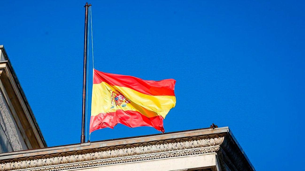 Una bandera de España a media asta durante el luto oficial por los fallecidos por la covid-19
