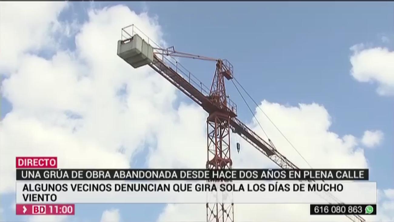 Polémica vecinal en Puente de Vallecas por una grúa abandonada