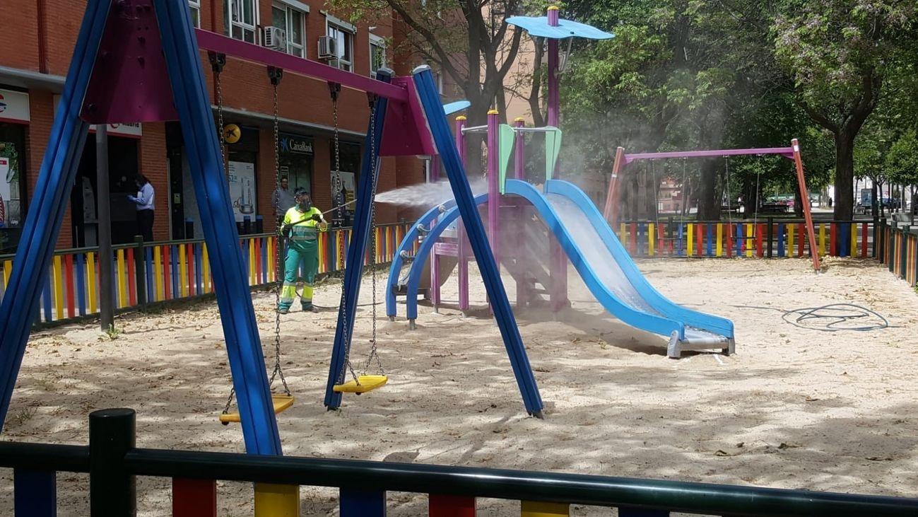 Desinfección de un parque infantil en Madrid