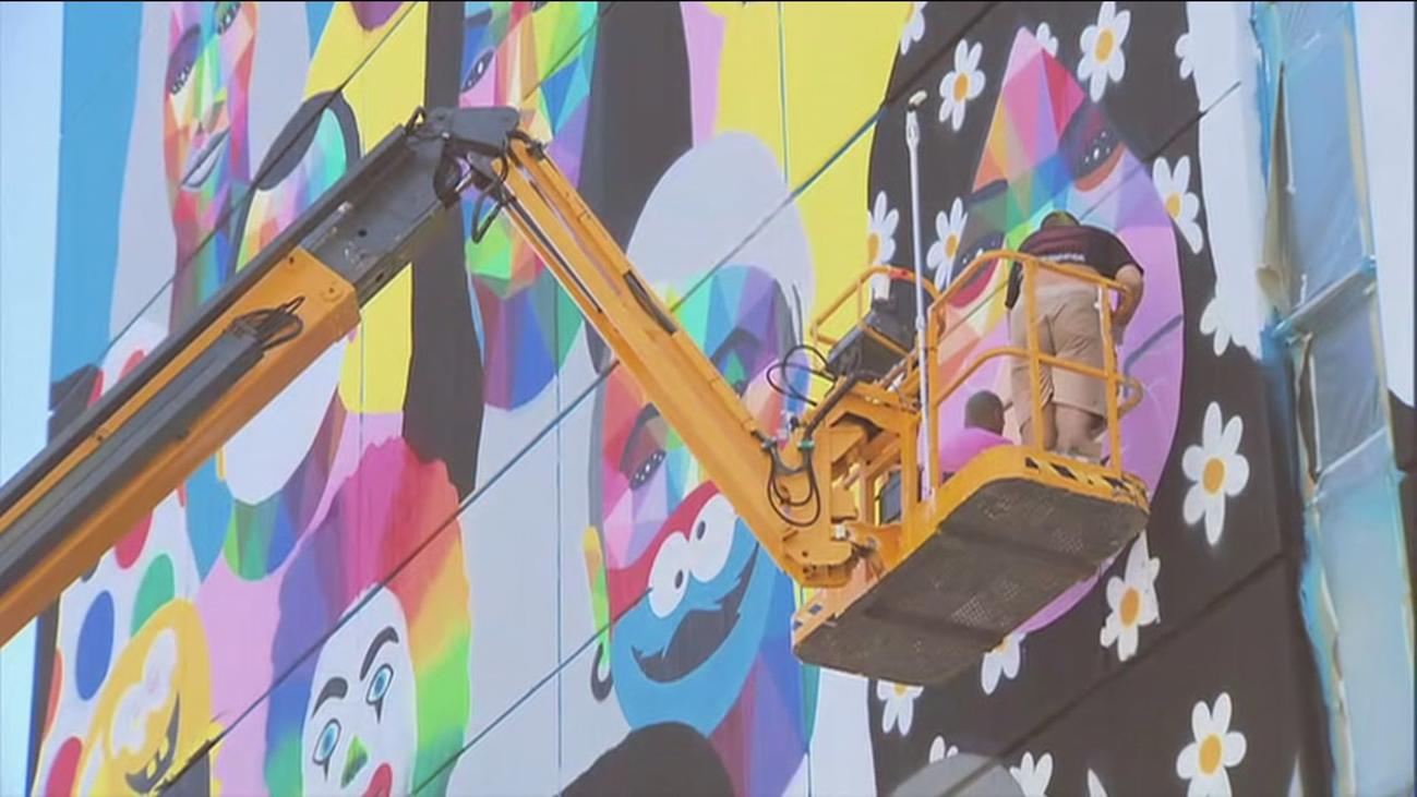 Estallido de color de Okuda en la fachada del Ayuntamiento de Fuenlabrada