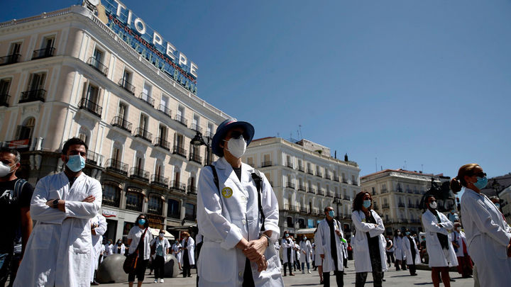 Los médicos se concentran en Sol  en defensa de la profesión y en homenaje a las víctimas