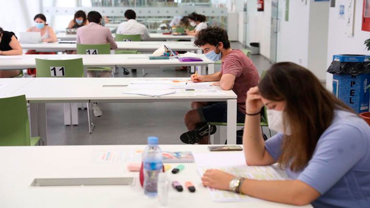 Reabren 442 puestos de lectura en 17 bibliotecas municipales de Madrid