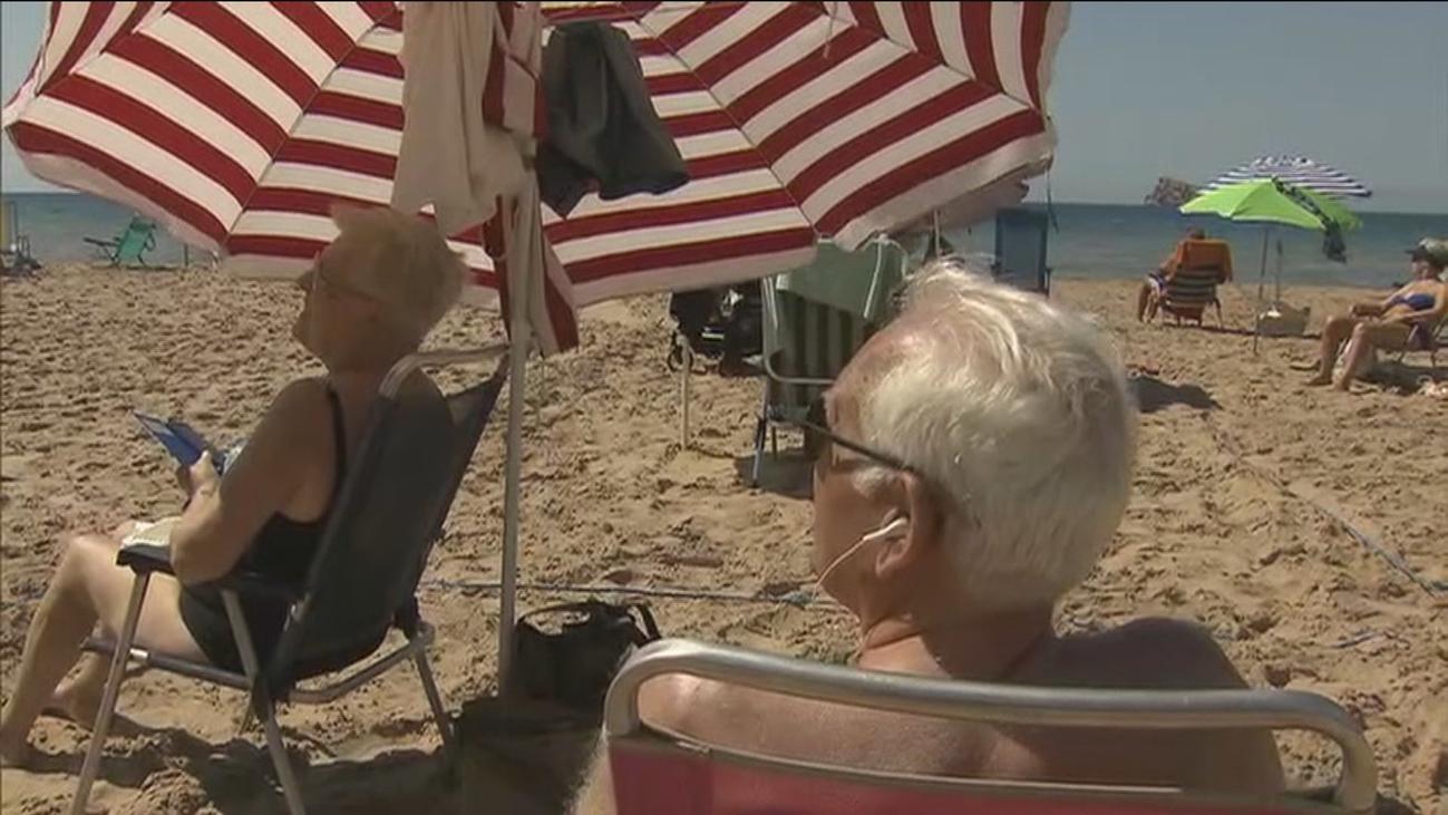 """Llegan los primeros madrileños a Benidorm """"con muchas ganas de playa y sol"""""""