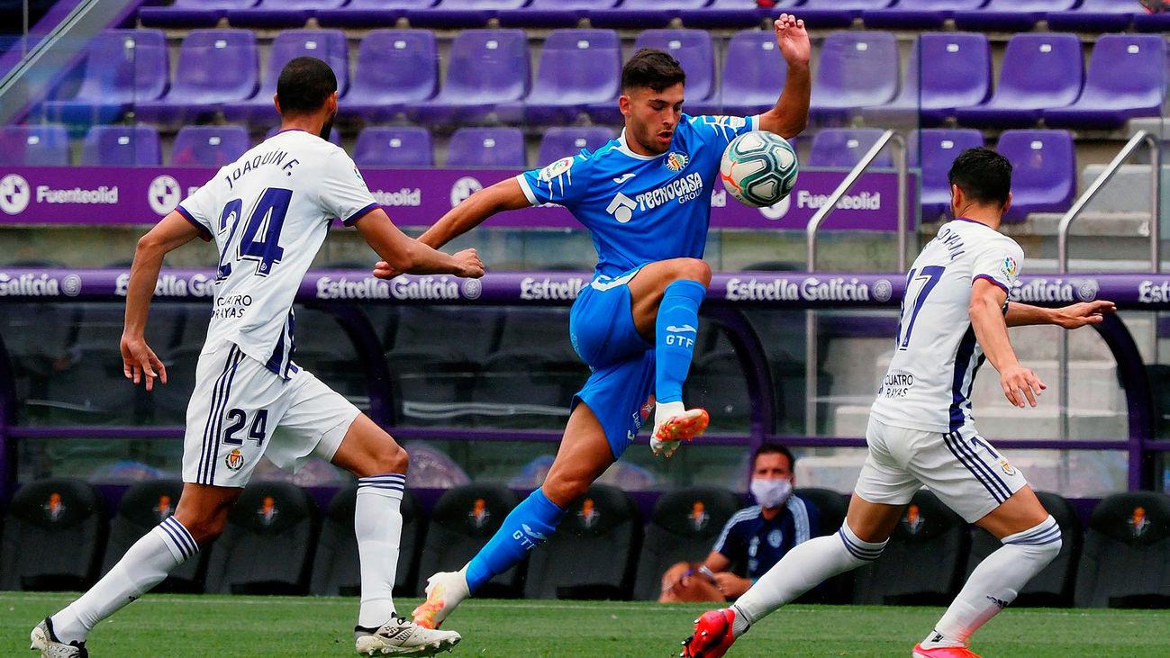 El delantero del Getafe, Hugo Duro, disputa un balón ante el Valladolid