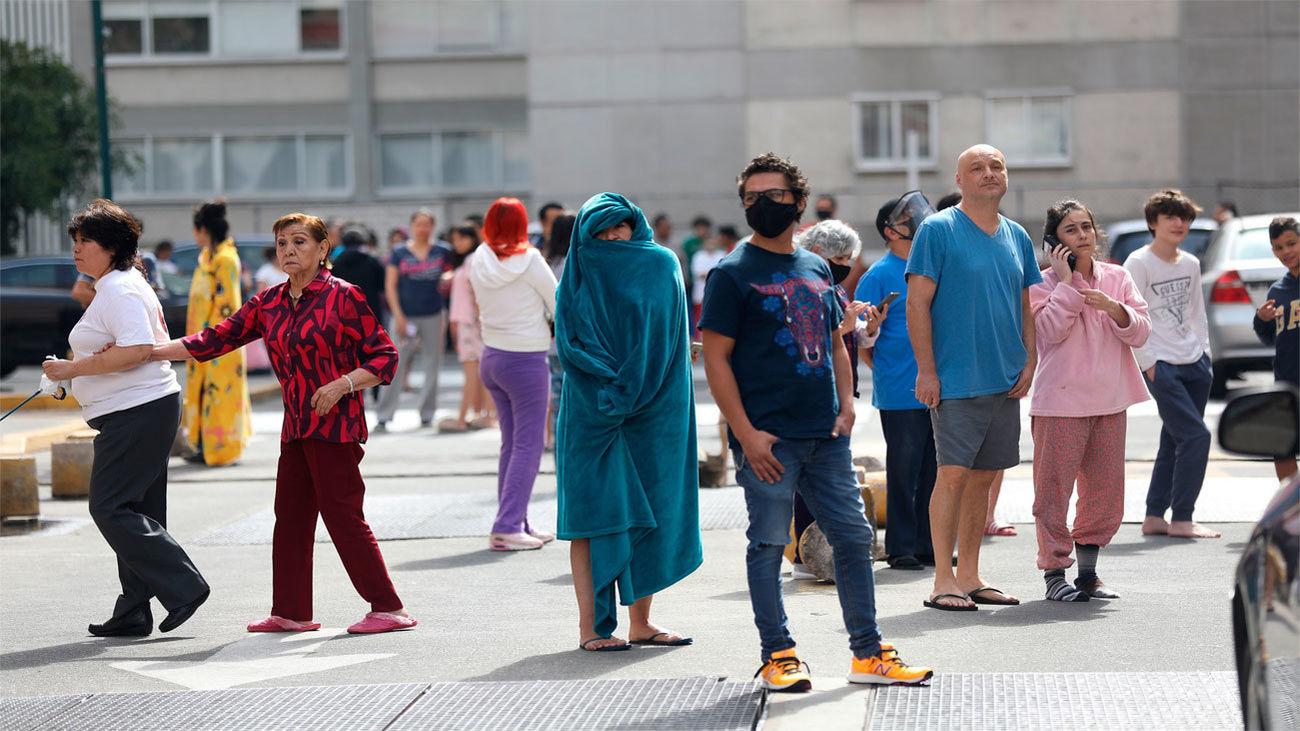 Personas en la calle en diferentes lugares de la ciudad de México