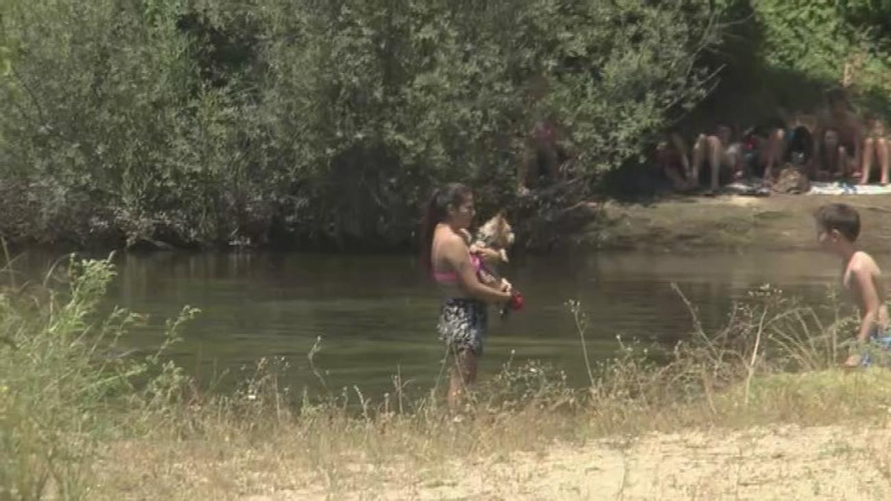 Indignación en Aldea del Fresno ante la afluencia de madrileños que acuden a bañarse al río Alberche