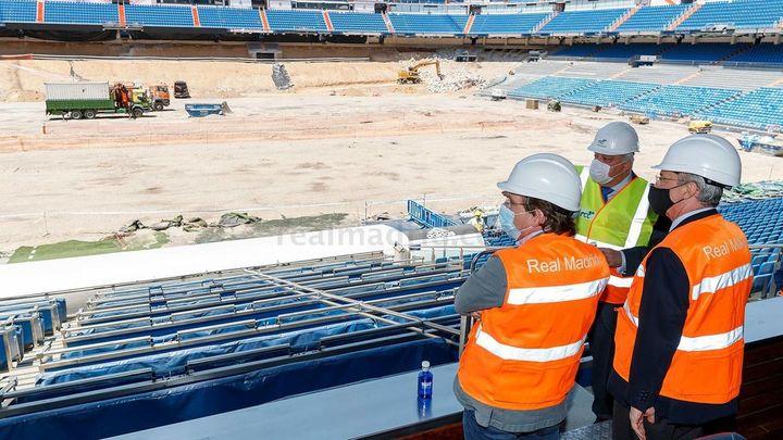 Un rojiblanco en la 'casa blanca': el alcalde de Madrid visita las obras del Bernabéu