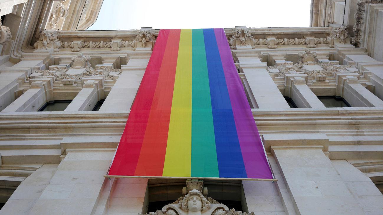 La bandera LGTBI desplegada en la fachada el Ayuntamiento de Madrid