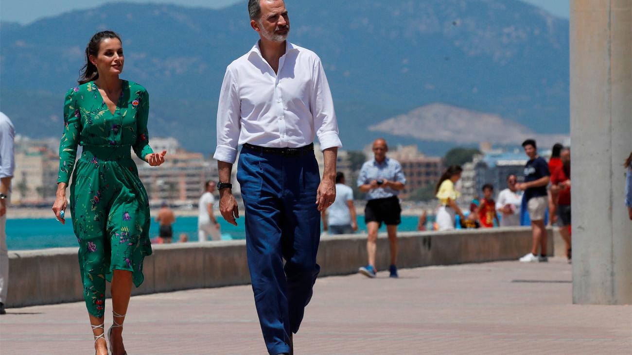 Los Reyes recorren la playa de Palma en su visita a la capital balear