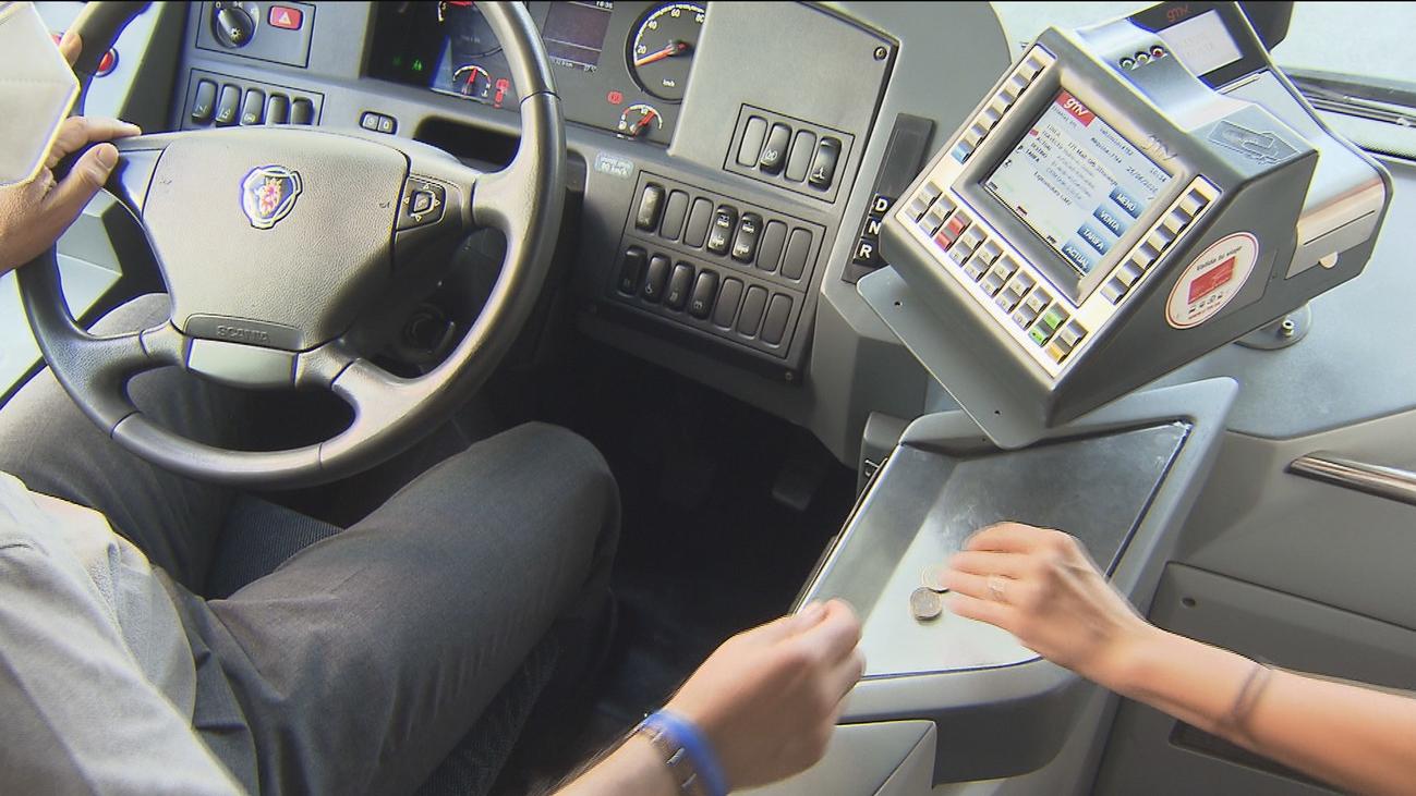 Los viajeros aplauden que se puedan volver a pagar en efectivo los billetes de autobús interurbano