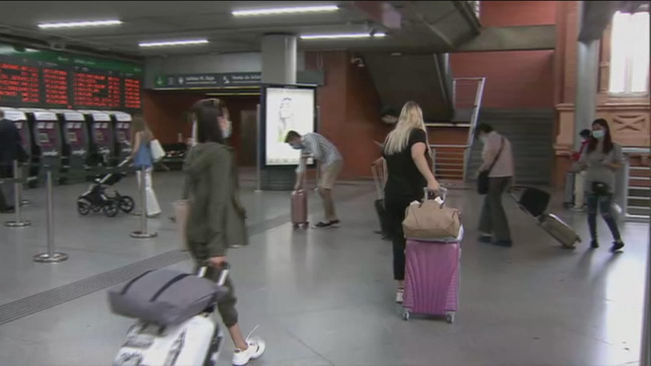 Los madrileños emprenden el éxodo fuera de la Comunidad en el primer fin de semana sin restricciones