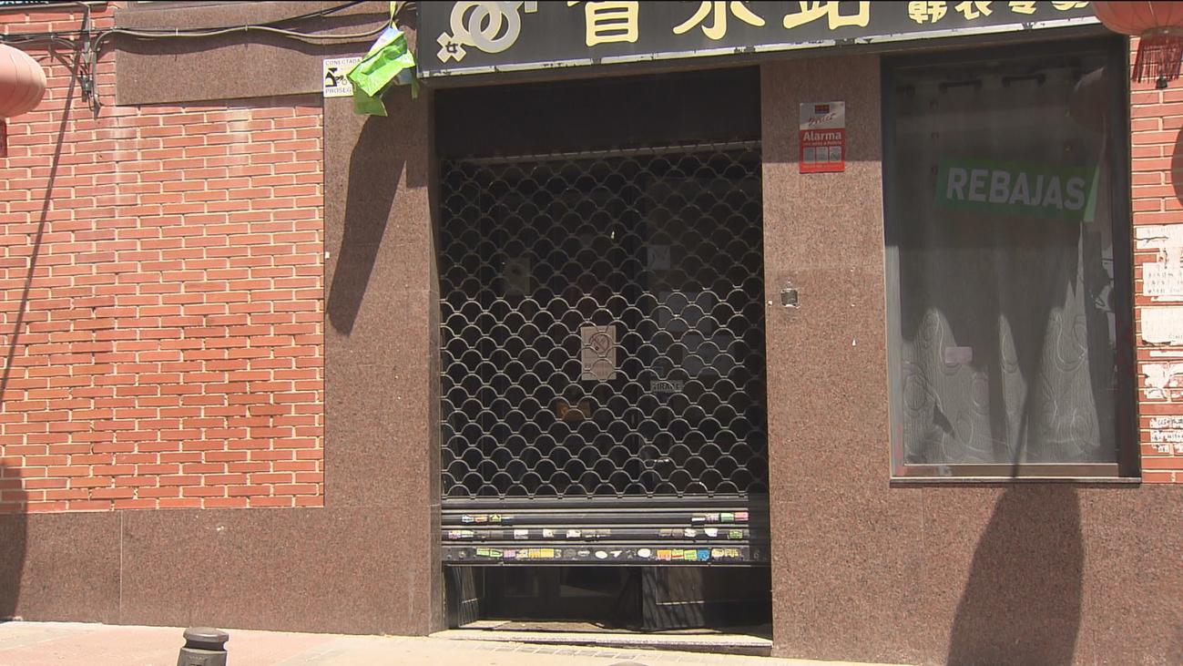 Decenas de comercios chinos siguen sin levantar el cierre en Usera por precaución