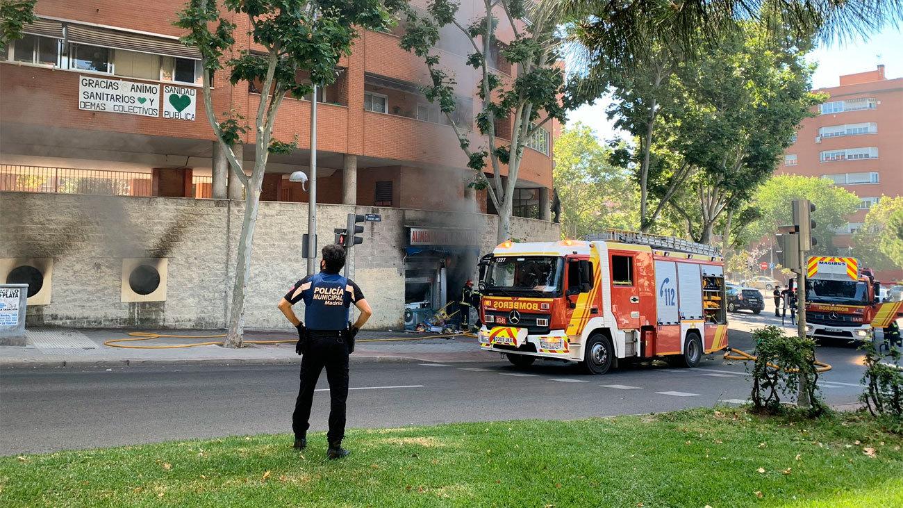 Un hombre muere  en el incendio de una tienda en Vallecas tras agredir a su dueña