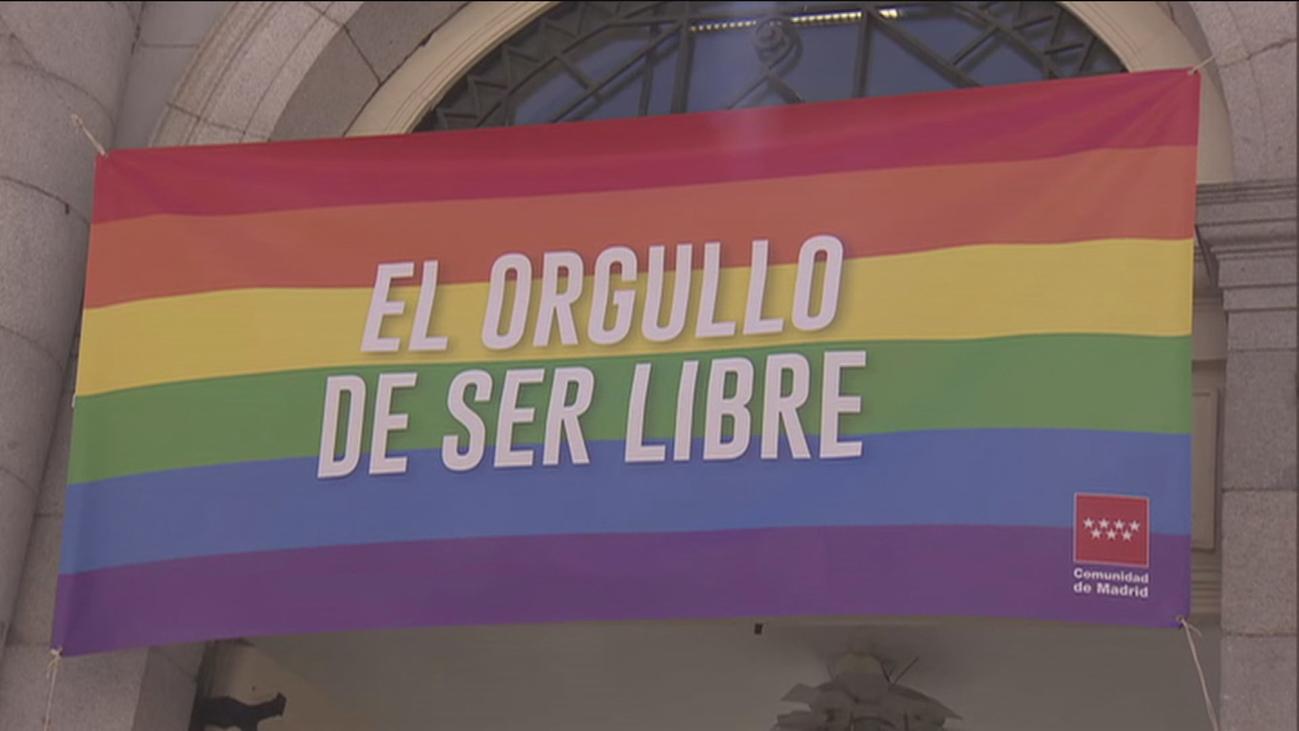 Aguado coloca la bandera LGTBI en la sede de la Vicepresidencia